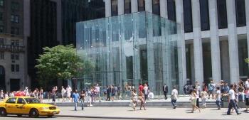 Para pengunjuk rasa bercokol di toko terbesar Apple di New York