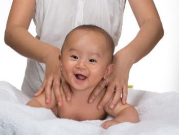 Instruir a la madre sobre cómo masajear al bebé para ayudar a la rutina, curar los gases y dormir profundamente.