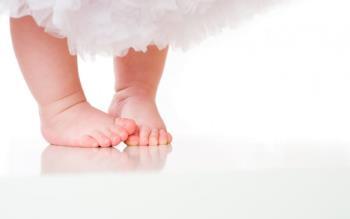 Tentar manipular as pernas de um bebê é a mãe prejudicando o bebê?
