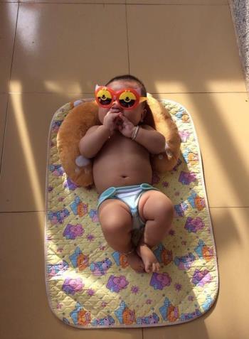 Berjemur bayi melawan penyakit kuning dan membantu menyerap vitamin D dengan betul