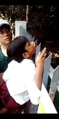 [क्लिप] एक गेंद प्राप्त करने के लिए छात्रों को दीवार पर चढ़ते समय लोहे की सलाखों से छेद दिया जाता है