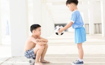Mengapa orang tua hendaknya tidak memaksa anak mereka untuk berbagi dengan anak mereka yang lebih kecil atau dengan orang lain?