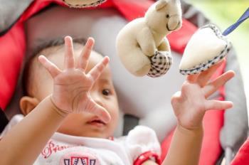 如何發展嬰兒的運動技能以使其變得更聰明