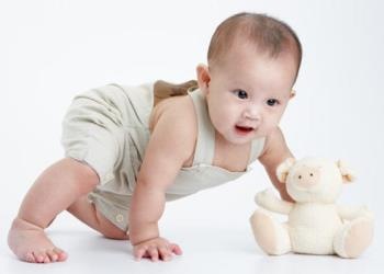 赤ちゃんが這う方法と母親が牛を隠さないようにするためのメモを知っているときは?