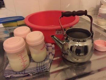 So entfernen Sie seltsame Gerüche in gefrorener Muttermilch