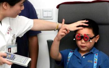 Seorang anak laki-laki berusia 5 tahun menderita miopia 10 derajat karena orang tuanya membiarkannya melakukan ini berjam-jam sehari