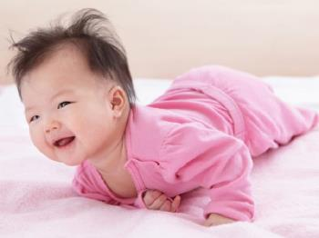 Anne şunu okumalıdır: Bebeğinizin dönmek üzere olduğuna dair işaretler ve çevirmeyi öğrendiğinde önemli notlar