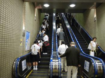 ¿Qué deben hacer los padres para mantener a salvo al bebé mientras viajan por las escaleras mecánicas?