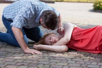La ragazza di 29 anni ha un ictus ed è parzialmente paralizzata per motivi che non si aspettano da nessuno