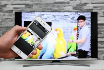 AirPlay yang terhubung secara nirkabel mencerminkan gambar iPhone dan Apple TV