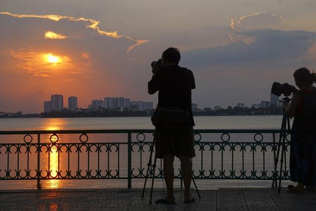 दोपहर में एक सुंदर पश्चिम झील की छवि का संश्लेषण
