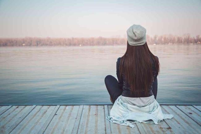 उदास लड़की की समग्र छवि बदल गई और चली गई