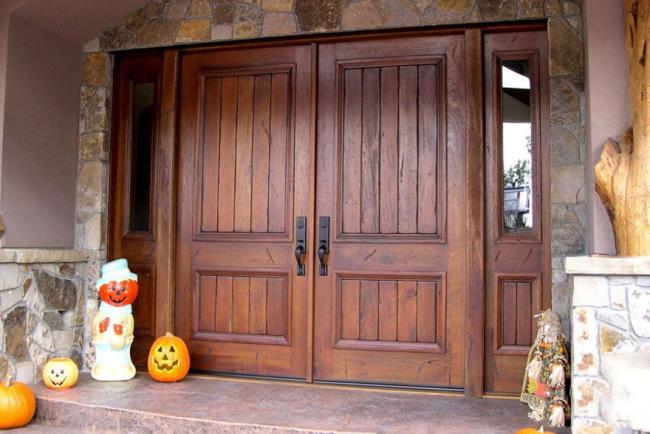 Einige Bilder von schönen viertürigen Holztüren