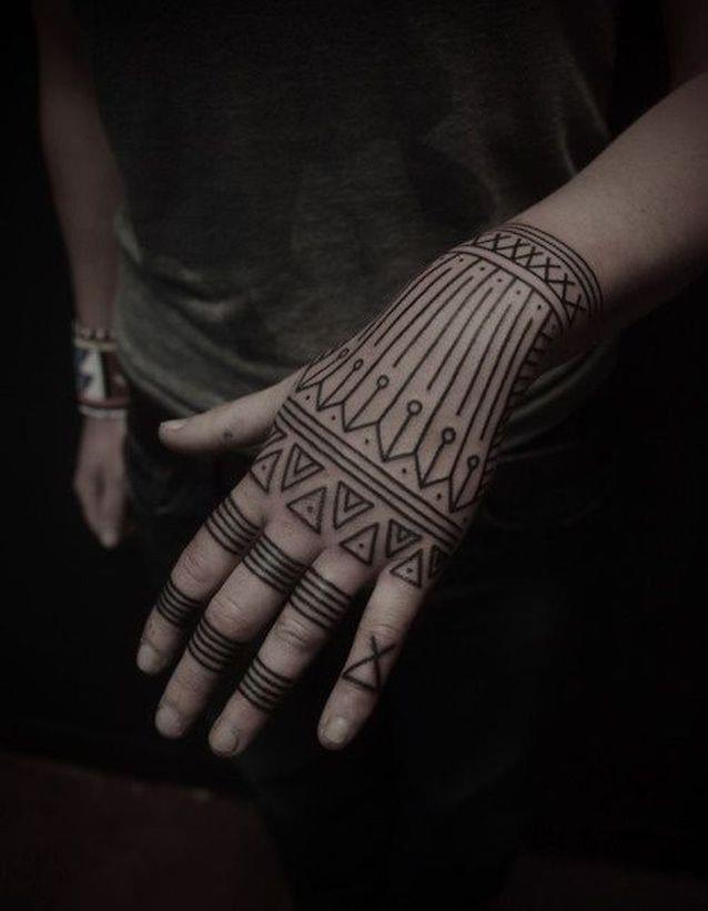सबसे अच्छे हाथों में सिंथेटिक पैटर्न टैटू