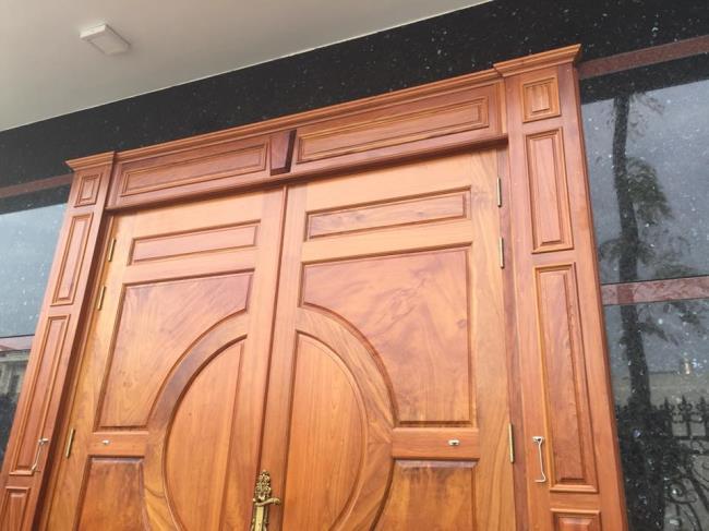 Einige Bilder von schönen klassischen Holztüren
