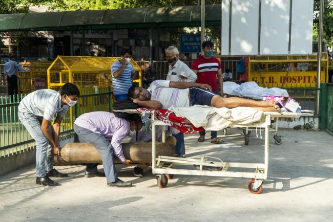 Fotografías de la horrible epidemia en la India, debajo de cada pila de madera hay un cadáver de un paciente - Foto 4.