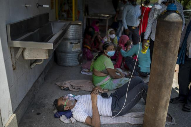 Fotografías de la horrible epidemia en la India, debajo de cada pila de madera hay un cadáver de un paciente - Foto 5.