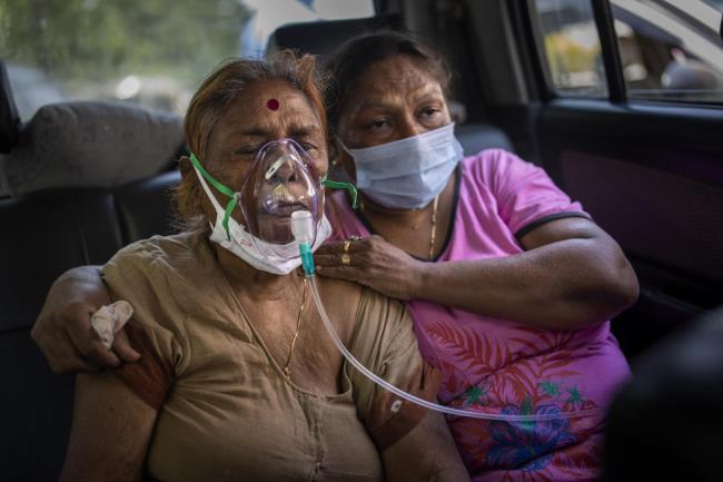 Fotografías de la horrible epidemia en la India, debajo de cada pila de madera, hay un cadáver de un paciente - Foto 6.
