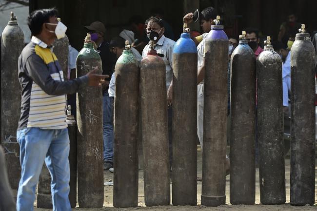 Fotografías de la espantosa epidemia en la India, debajo de cada pila de madera hay un cadáver de un paciente - Foto 7.