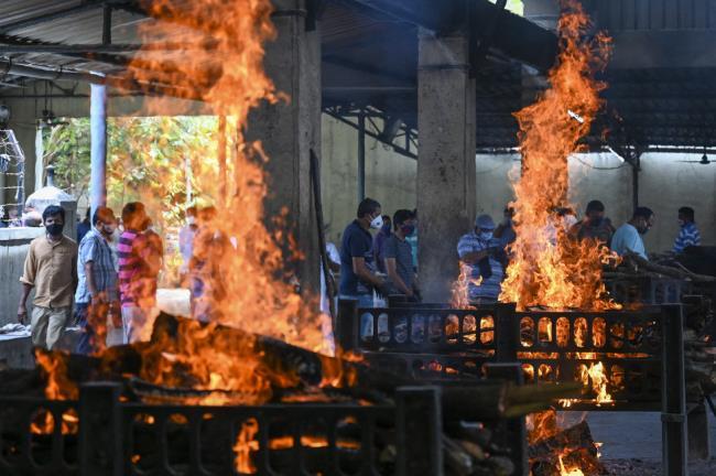 Fotografías de la horrible epidemia en la India, debajo de cada pila de madera hay un cadáver de un paciente - Foto 11.