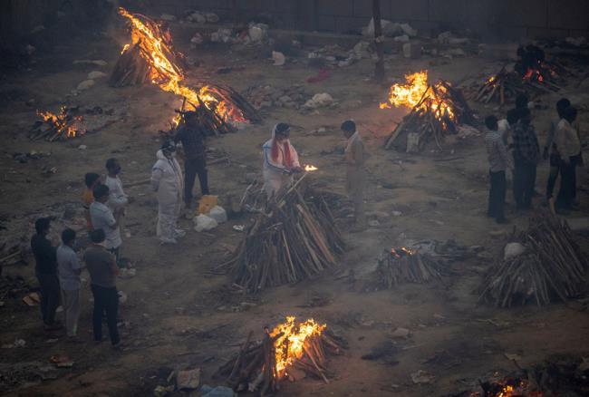 Fotografías de la horrible epidemia en la India, debajo de cada pila de madera hay un cadáver de un paciente - Foto 13.