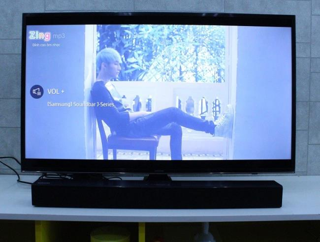 Connect the TV to the Samsung sound bar with an Optical cable