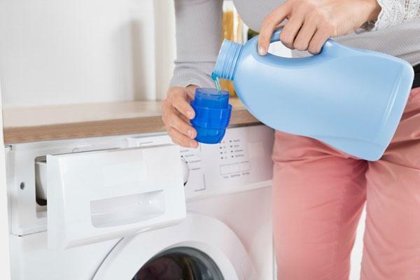 نحوه استفاده از نرم کننده پارچه برای حفظ لباس و ماشین لباسشویی