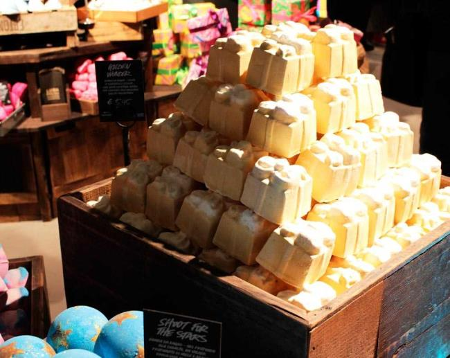 Lush Milano Duomo: Photo of the largest shop in Italy
