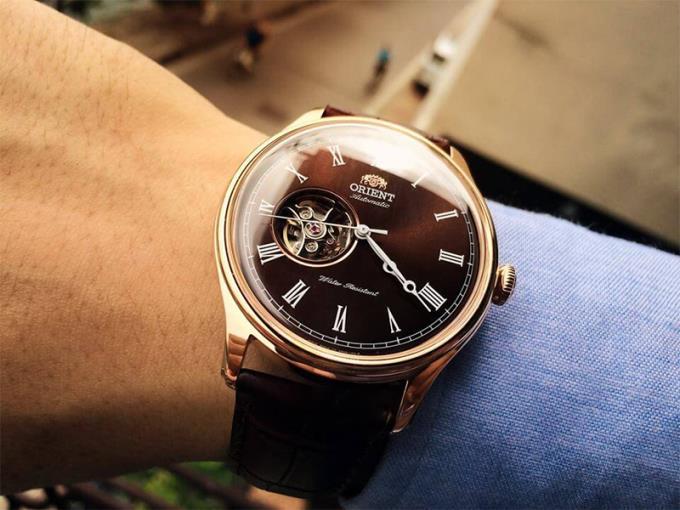 Bagaimana memilih jam tangan untuk tuan tanah, warnanya apa?