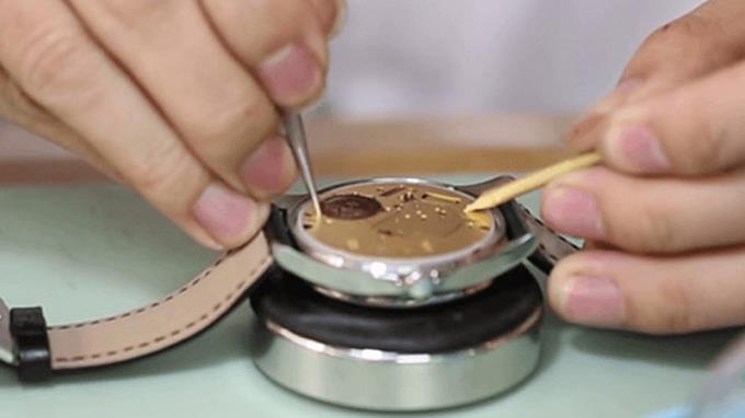 Een polshorloge verwijderen zonder gereedschap is eenvoudig en gemakkelijk te doen