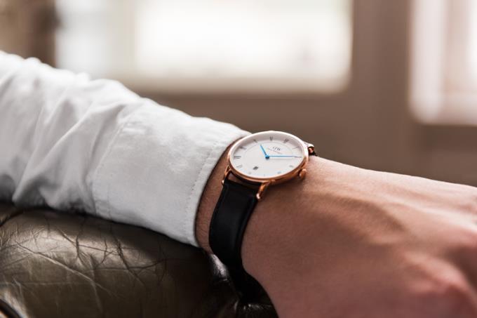 Deve usar um relógio solto ou apertado, como ele se encaixa?