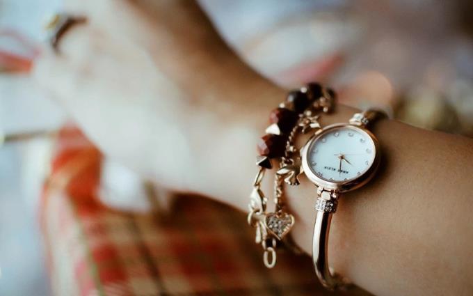 ¿Debo usar un reloj para la mano derecha o izquierda?